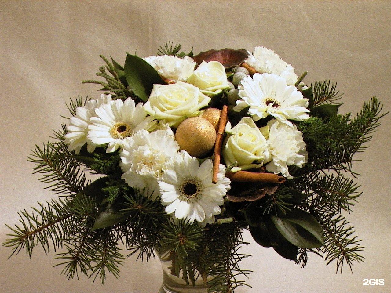 Новогодний дизайнерский букет цветов фото