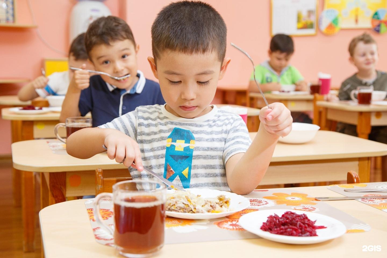 Картинка дети в детском саду кушают